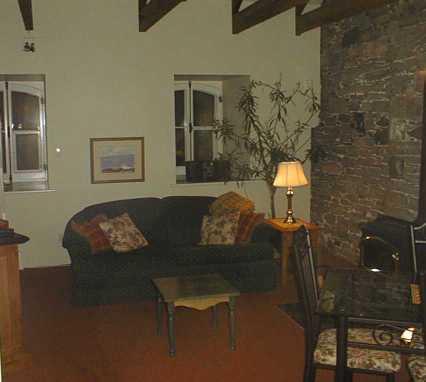 Salon avec foyer divan lit pour accommoder deux personnes for Chambre a coucher deux personnes